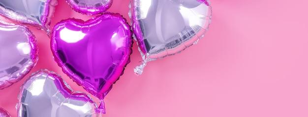Concetto di design romantico di san valentino - bellissimo palloncino in lamina a forma di cuore su sfondo rosa pallido