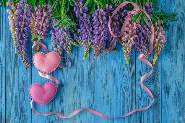 Superficie di san valentino con cuore e nastro rosso