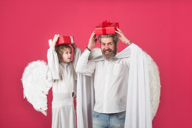 Angeli di san valentino con scatola regalo san valentino presenta un simpatico angelo padre e figlio angeli piccoli