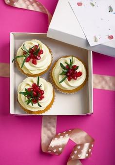 Cupcakes di san valentino con glassa alla vaniglia e un cuore rosso.