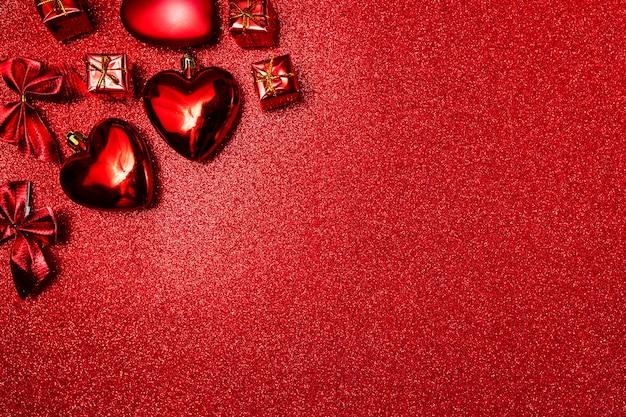 San valentino sfondo, cuori rossi e regali su sfondo rosso lucido