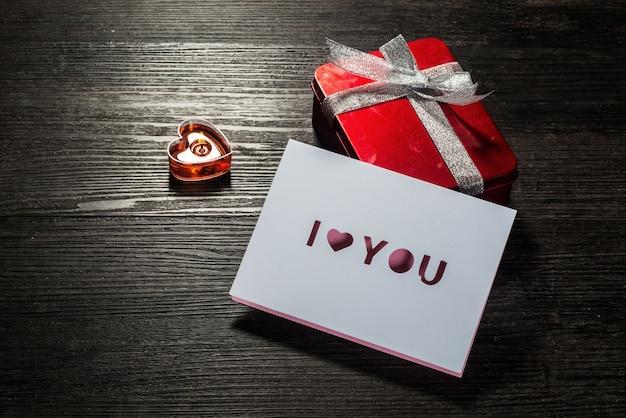 Fondo di giorno di biglietti di s. valentino, carta di giorno di biglietti di s. valentino con le rose e regali sul bordo di legno