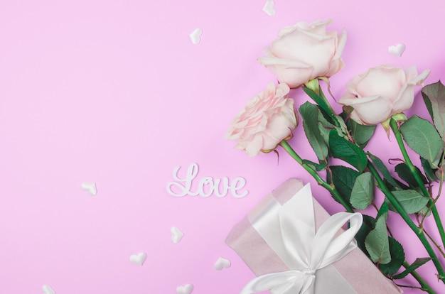 Sfondo di san valentino con fiori e un regalo