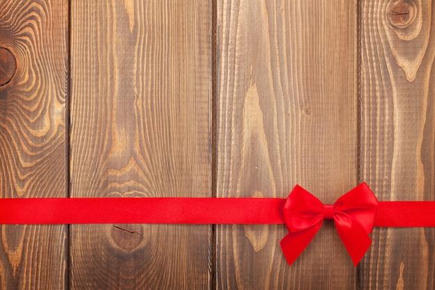 Sfondo di san valentino con nastro rosso su legno