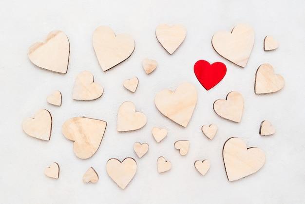 San valentino sfondo con cuori di legno su uno sfondo concreto, vista dall'alto. san valentino