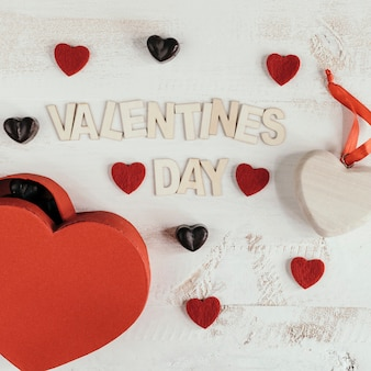 Composizione di san valentino con cuori e cioccolatini