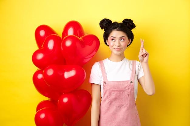 San valentino concetto. bella ragazza coreana che sogna di un appuntamento perfetto