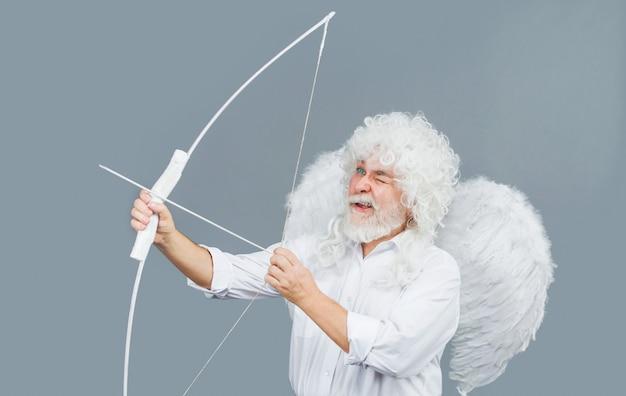 Cupido di san valentino. frecce d'amore. angelo lancia la freccia con l'arco. amour nel giorno di san valentino.