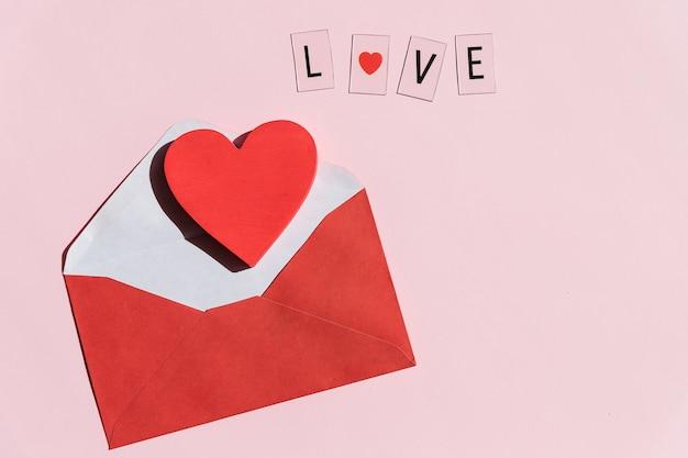 Busta posta di san valentino, cuore rosso. carta da lettere di san valentino