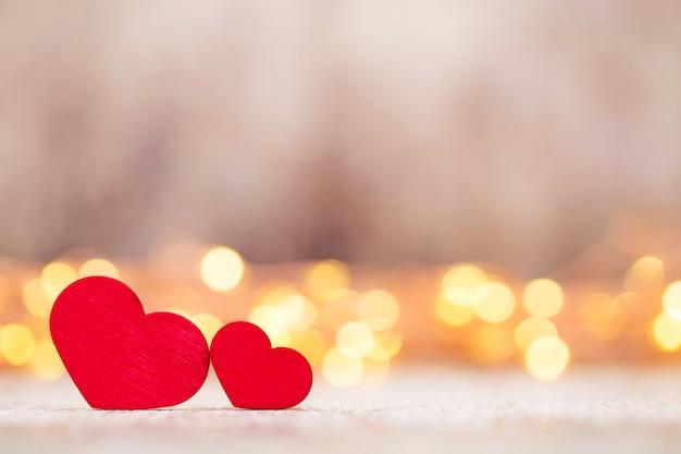 Biglietto di auguri di san valentino. cuore rosso su sfondo grigio.
