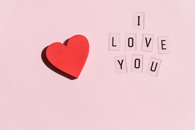 San valentino, biglietto di auguri con cuore rosso e testo ti amo