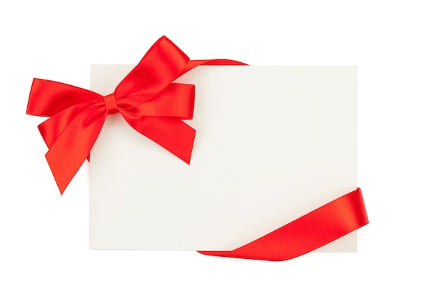 Biglietto di auguri di san valentino con nastro rosso. isolato su sfondo bianco