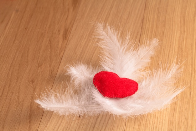 San valentino. cuore fatto a mano su spazio in legno
