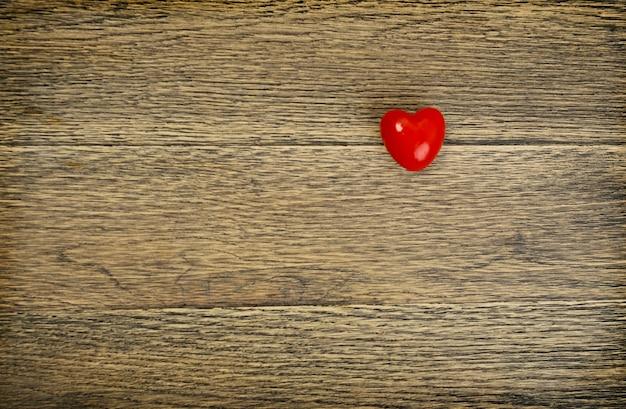 Cuore rosso di giorno di biglietti di s. valentino su vecchio legno rustico