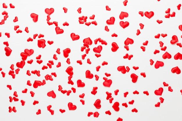 Cuori rossi di giorno di biglietti di s. valentino su legno. biglietto d'auguri.