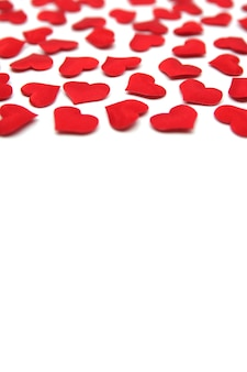 Superficie di san valentino cuori luminosi rossi isolati su superficie bianca concetto di san valentino carta di san valentino con cuori rossi modello di san valentino copia spazio per il tuo testo