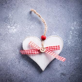 Superficie di san valentino con cuore decorativo in legno su pietra di cemento con copia spazio per il testo. concetto di san valentino. vista dall'alto