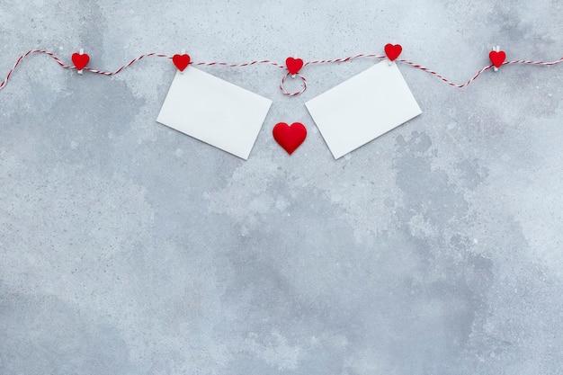 San valentino, sfondo invito a nozze, cuori rossi e due carte di san valentino