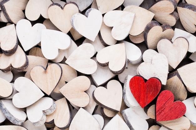 San valentino con cuori rossi estremità bianca su fondo in legno.