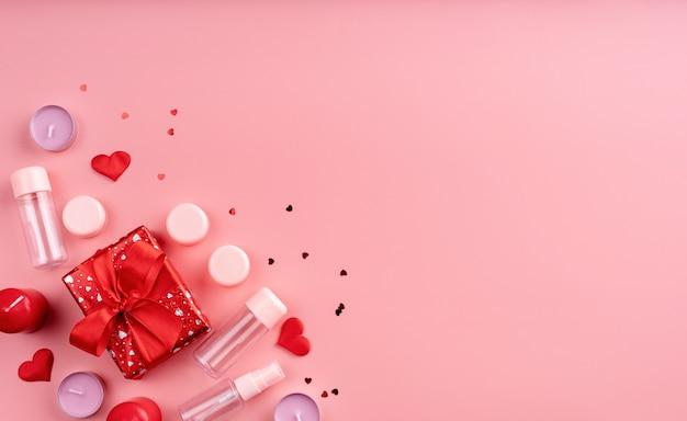 San valentino e concetto di giorno delle donne. accessori cosmetici moda con confezione regalo
