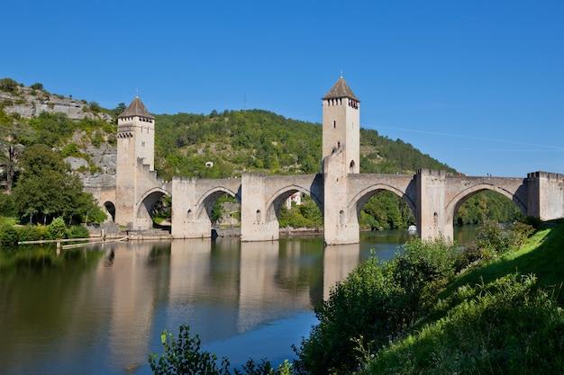 Il ponte di valentre il simbolo della città di cahors, francia