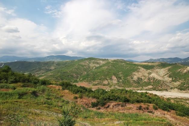 La valle nelle montagne del caucaso dell'armenia