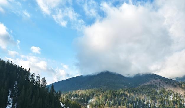 Valle alle montagne nebbiose