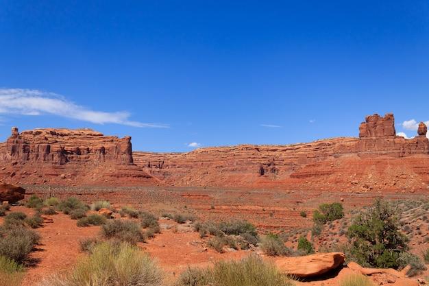 Vista della valle degli dei dallo utah, usa. panorama delle rocce rosse. butte e mesa