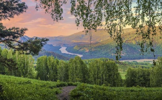 Sopra la valle del fiume katun nei monti altai, la luce del tramonto