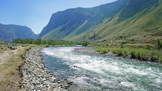 Vista sulla valle e sul fiume durante il viaggio verso i monti altai.