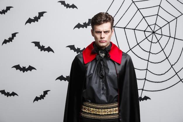 Concetto di halloween del vampiro - ritratto del vampiro caucasico arrabbiato che grida.