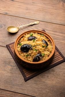 Vangibhath o riso brinjal o melanzane biryani serviti in una ciotola o karahi