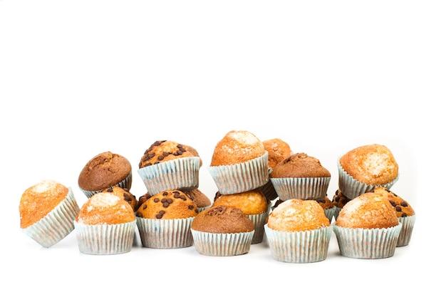 Cupcakes alla vaniglia e cupcakes con gocce di cioccolato su uno sfondo bianco