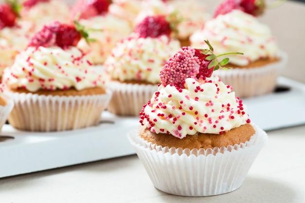 Cupcakes alla vaniglia decorati con fragole fresche