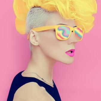 Stile discoteca punk alla vaniglia. festa della signora glamour