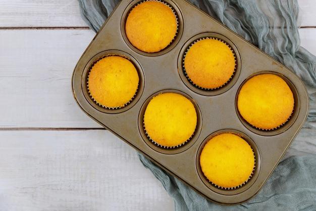 Cupcakes fatti in casa alla vaniglia in teglia.