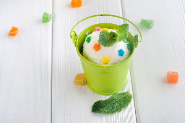 Pallina di gelato alla vaniglia in un piccolo secchio