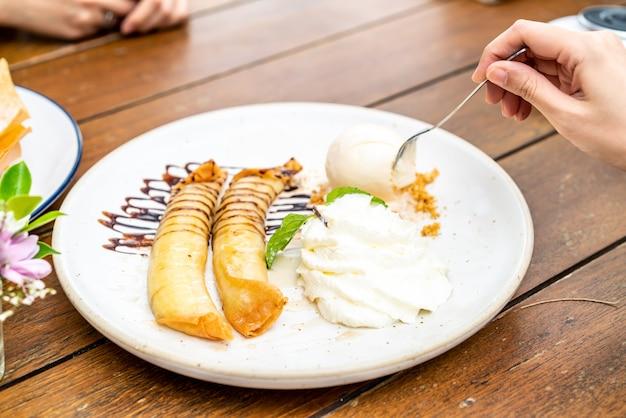 Gelato alla vaniglia con crostata di banane e panna montata