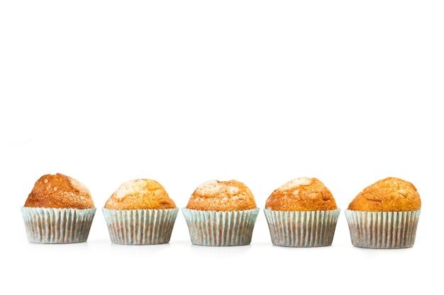 Cupcakes alla vaniglia e zucchero su uno sfondo bianco