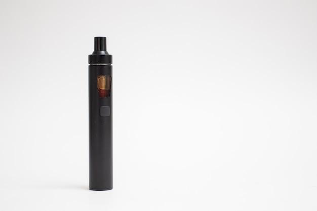 Dispositivo di vaporizzazione. sigaretta elettronica su sfondo bianco.