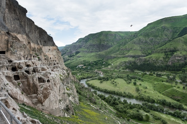 Sito del monastero rupestre di vardzia scavato dal monte erusheti sulla riva sinistra del fiume mtkvari, vicino ad aspindza, georgia