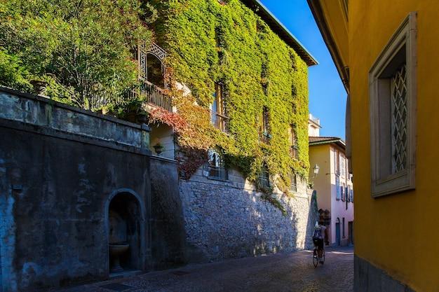 Varenna, lago di como, italia, 20 settembre 2019. street a varenna, una piccola cittadina sul lago di como, italy