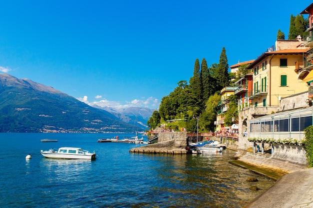 Varenna, lago di como, italia, 20 settembre 2019. varenna, piccola cittadina sul lago di como. vista sul lago in italia.
