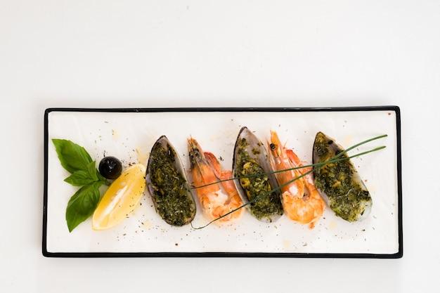 Menu del ristorante vario. frutti di mare sul piatto bianco.