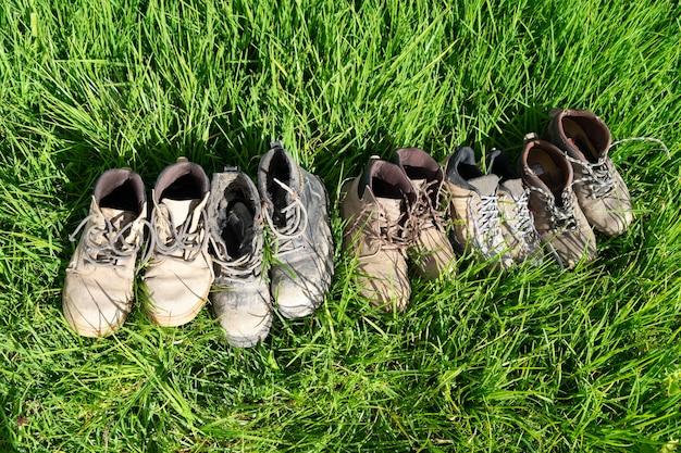Una varietà di vecchi stivali da lavoro