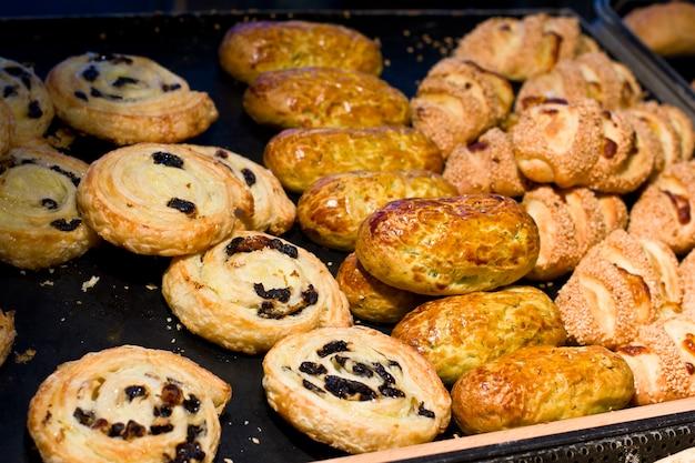 Una varietà di prodotti da forno. panini di pasta sfoglia con uvetta
