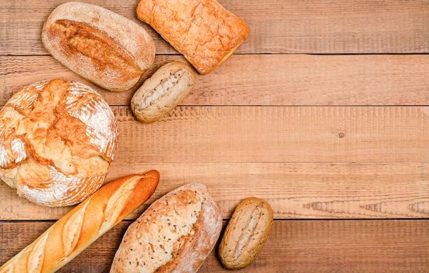 Varietà di pane e panini sulla tavola di legno