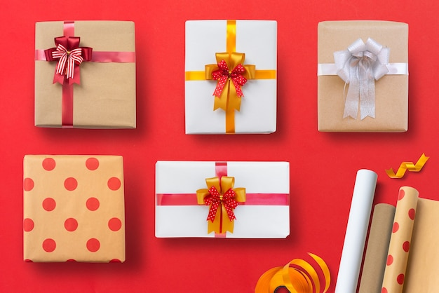 Varietà di regali di natale isolati sulla tavola rossa