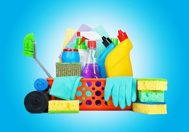 Varietà di prodotti per la pulizia in un cestino