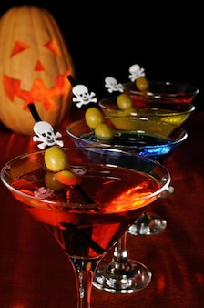 Una varietà di cocktail con oliva ad halloween